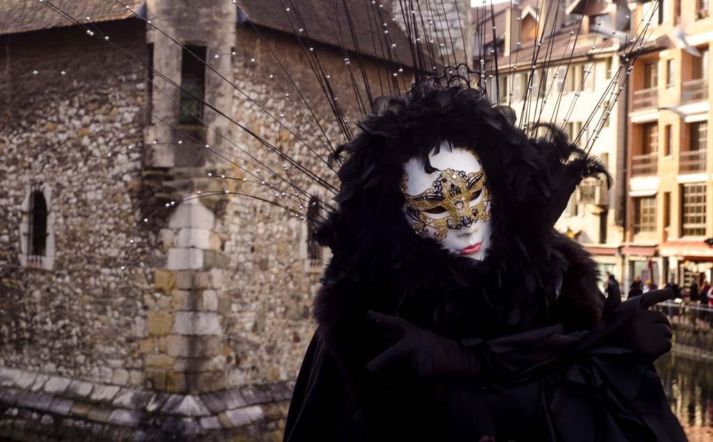 Fully clad in black at the Venetian Carnival